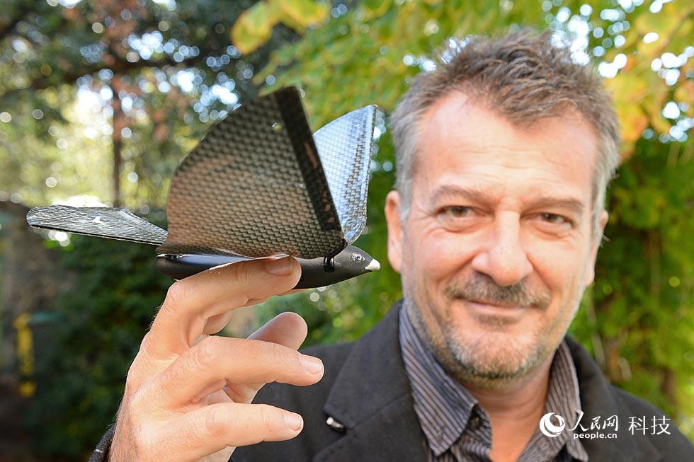 法国男子操作仿声鸟手机可用智玩具发明女同情趣内衣图片