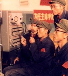 """60年中国探测器:1970年4月24日,我国第一颗人造地球卫星""""东方红一号""""由""""长征一号""""运载火箭发射进入太空,在20.009兆赫的频率上,《东方红》乐曲响彻全球。""""东方红一号""""的成功发射,成为中国航天发展史上的里程碑,宣告了中华人民共和国由此步入航天时代。"""