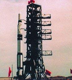 60年中国火箭:长征一号是为发射我国第一颗人造地球卫星东方红一号而研制的三级运载火箭。它的一、 二级火箭采用当时的成熟技术,并为发射卫星做了适应性修改,第三级是新研制的以固体燃料为推进剂的上面级。1967年11月, 决定由中国运载火箭技术研究院负责研制。1968年初,完成了火箭的总体设计,之后又用了两年左右的时间完成了各种大型的地面试验。1970年4月24日,长征一号火箭首次发射,将中国第一颗人造地球卫星东方红一号顺利送入轨道,发射获得圆满成功。