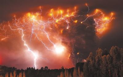 追逐雷暴,捕捉瞬息即逝的红色闪电