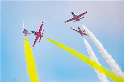 空军飞行表演展现空军礼仪 迎接新学员