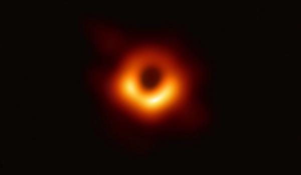 人类首张黑洞真容亮相 验证爱因斯坦广义相对论预言