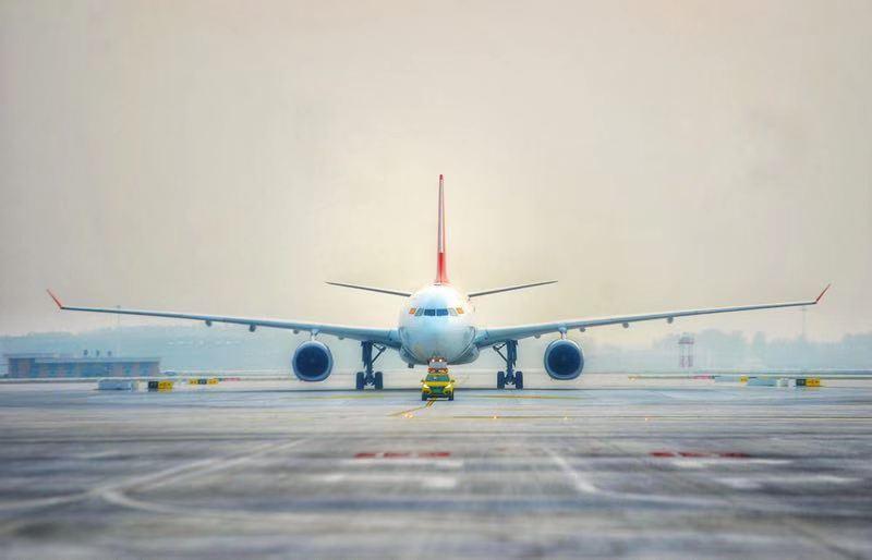 26日,东航一架空客A320、首都航一架空客A330、中联航一架波音B737、河北航一架波音B737、成都航一架ARJ21等5架飞机,依次在大兴机场平稳着陆。