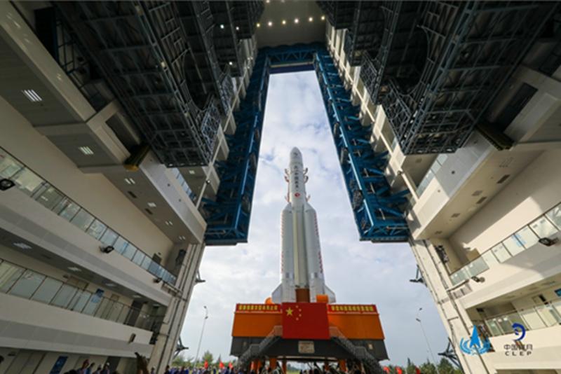 嫦娥五号整装待发 长征五号遥五运载火箭垂直转运至发射区