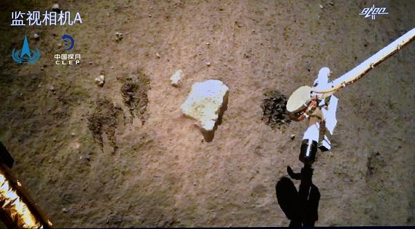 嫦娥五号探测器完成月面自动采样封装