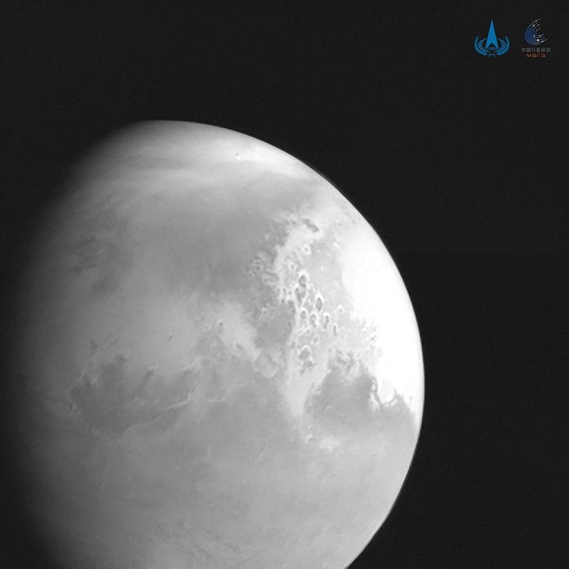 天问一号传回首幅火星图像地貌清晰可见