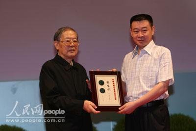 周光召为中国科协求是杰出青年奖获得者颁奖 10