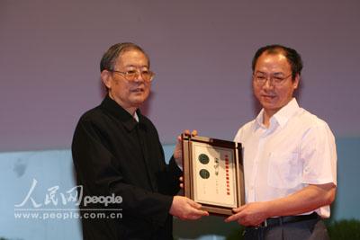 周光召为中国科协求是杰出青年奖获得者颁奖 12