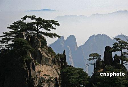 安徽黄山风景区晴天惊现蓝天白云奇观