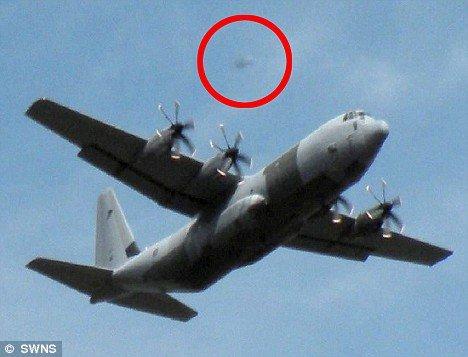 英国退休教师拍到'飞碟'跟踪皇家空军飞机