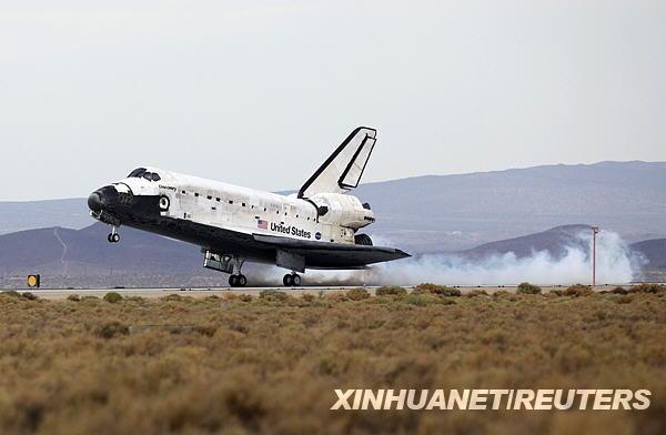 """美国""""发现""""号航天飞机顺利降落在加利福尼"""