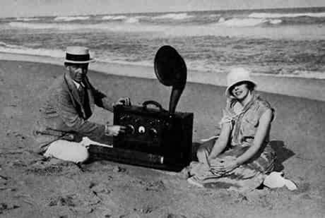 自制的世界第一台便携收音机送给玛丽恩作为结婚礼物