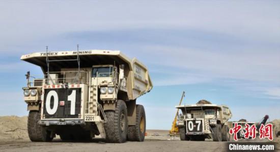 世界首个极寒工况5G+220吨无人驾驶卡车编组进入神宝能源露天煤矿生产现场